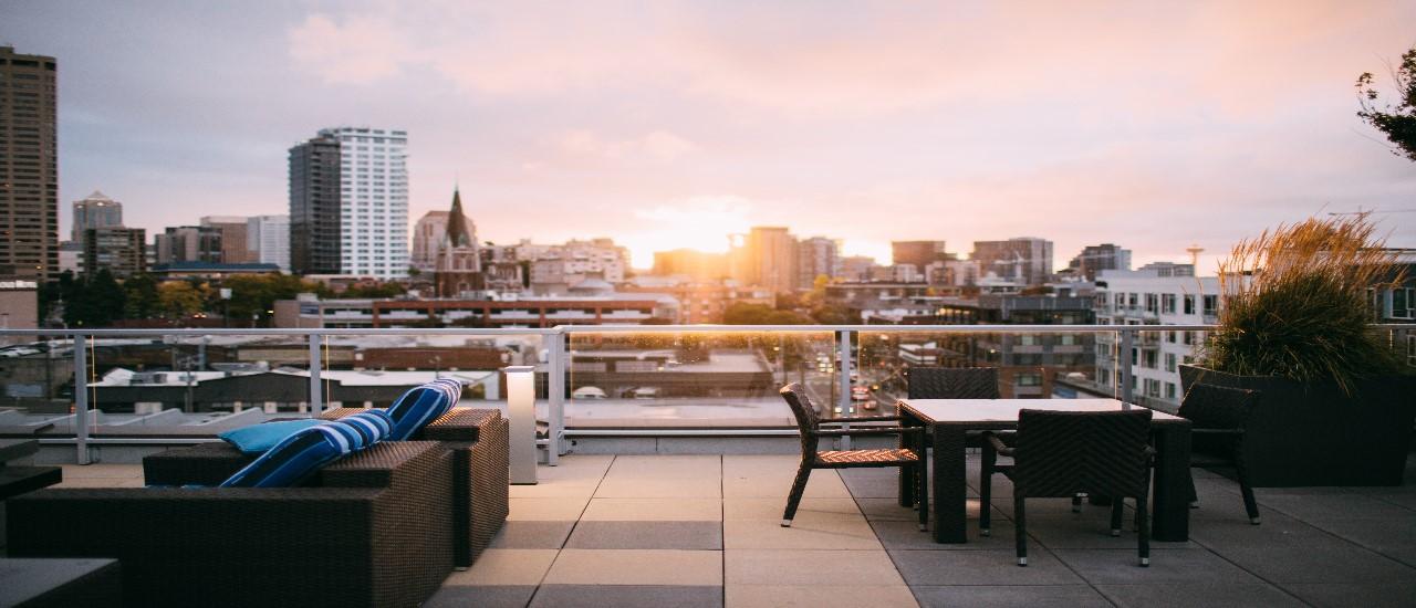 toit terrasse aménagé avec en fond un coucher de soleil