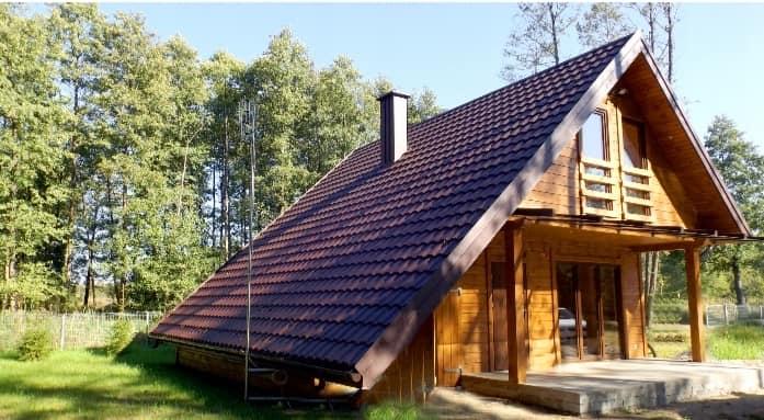 Maison en bois avec un grand pan de toit