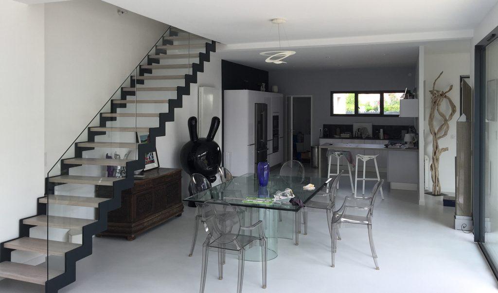 Cuisine équipée moderne, table et chaises transparents