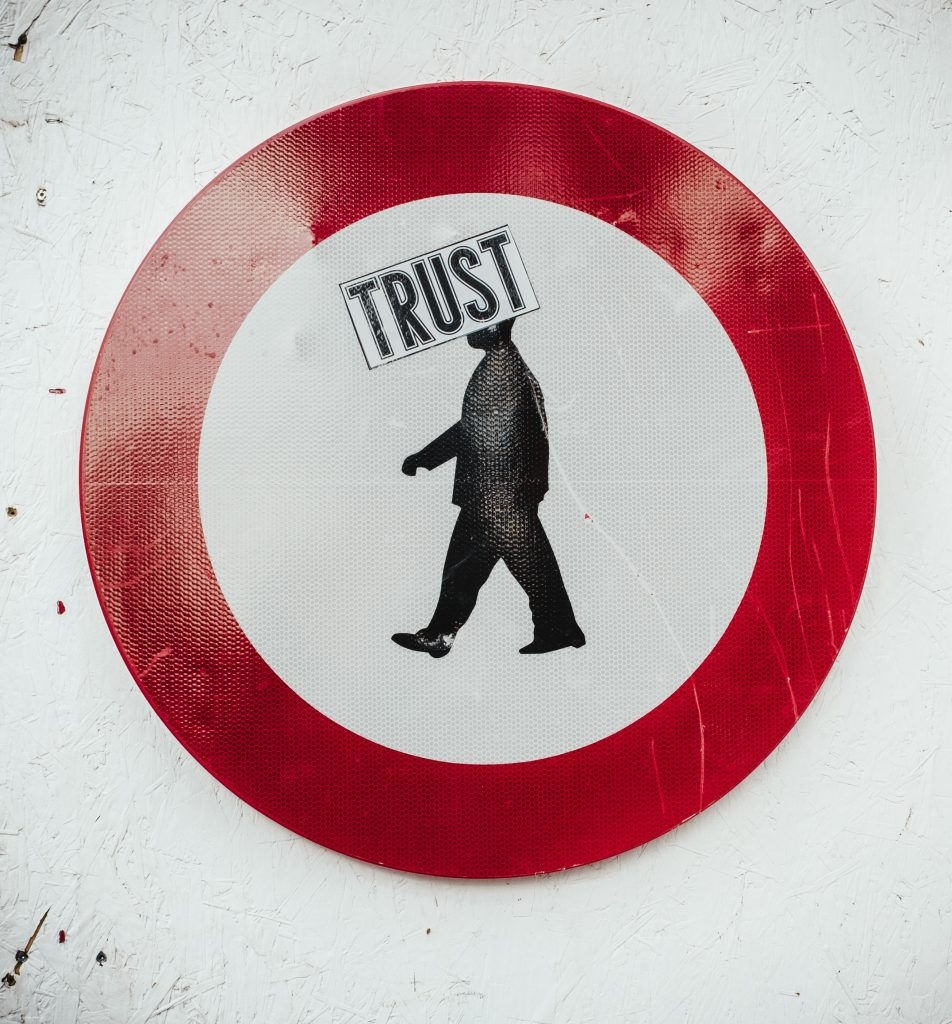 Cercle rouge Trust me écrit sur la tête de l'homme
