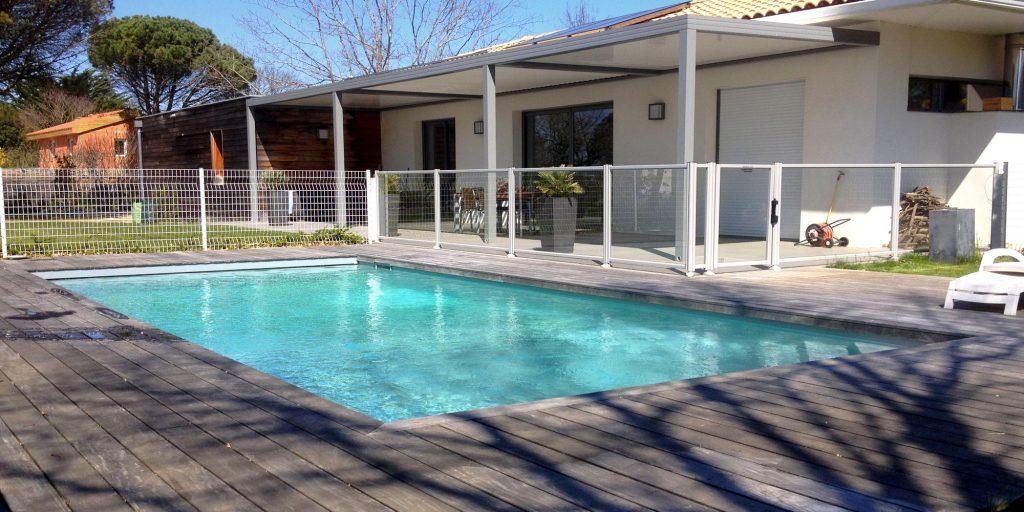 piscine avec cloture et terrasse en bois
