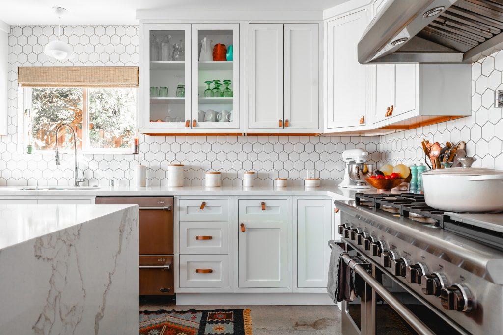 cuisine aménagée en bois blanc ilôt en marbre
