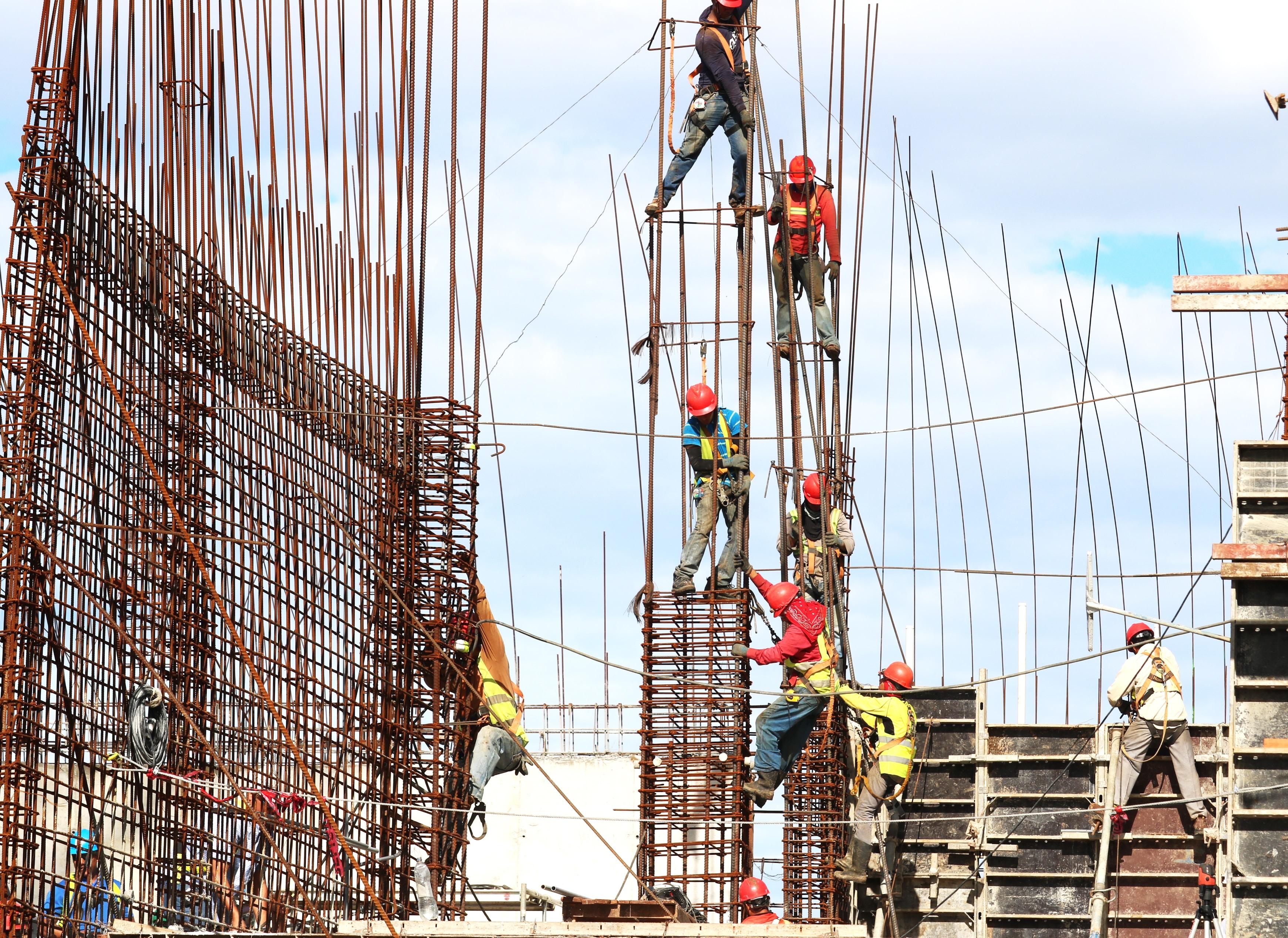 ouvriers du bâtiment en train de faire un montage avec des tiges de fer