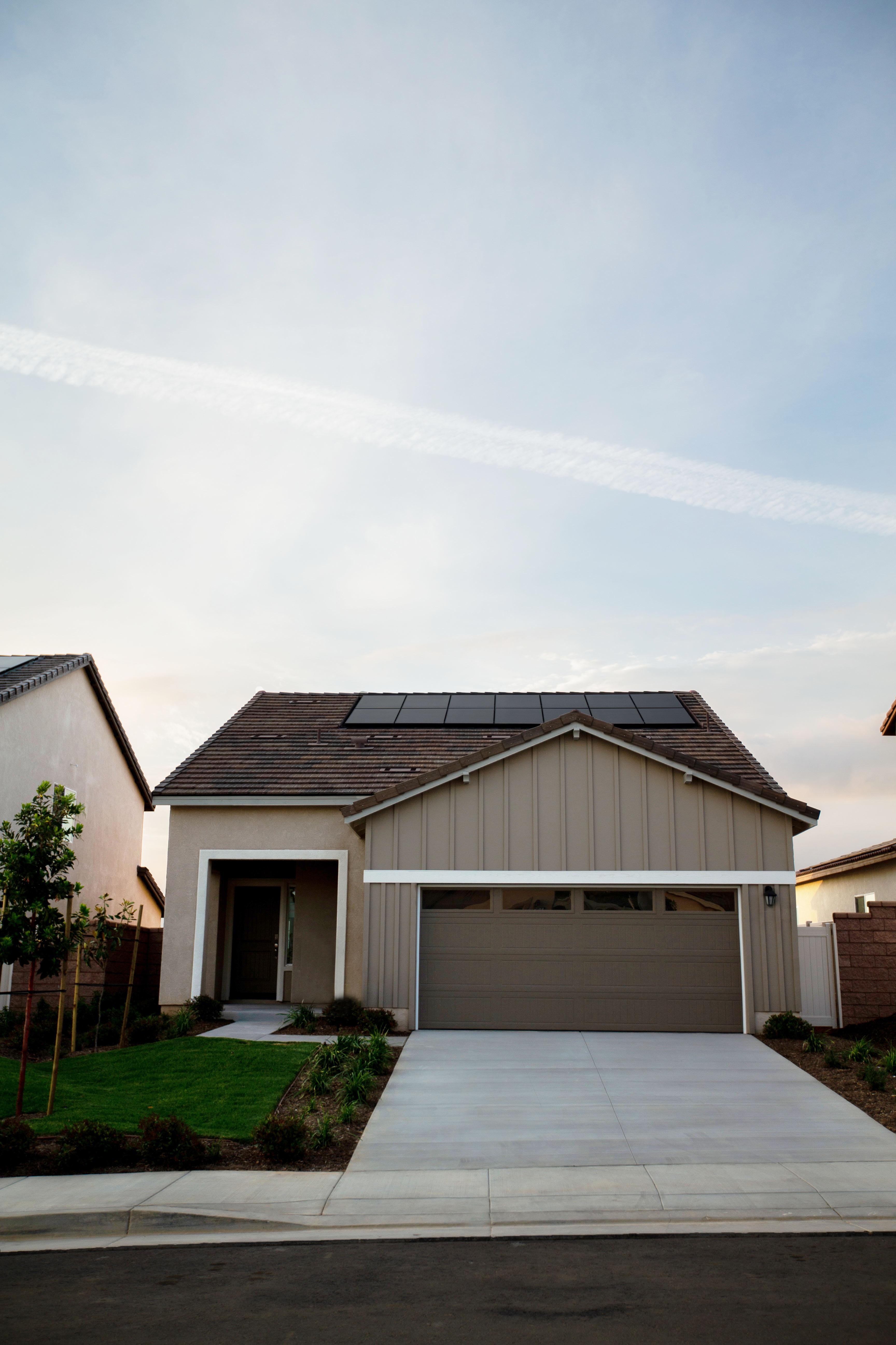 maison avec panneaux photovoltaïque sur le toits
