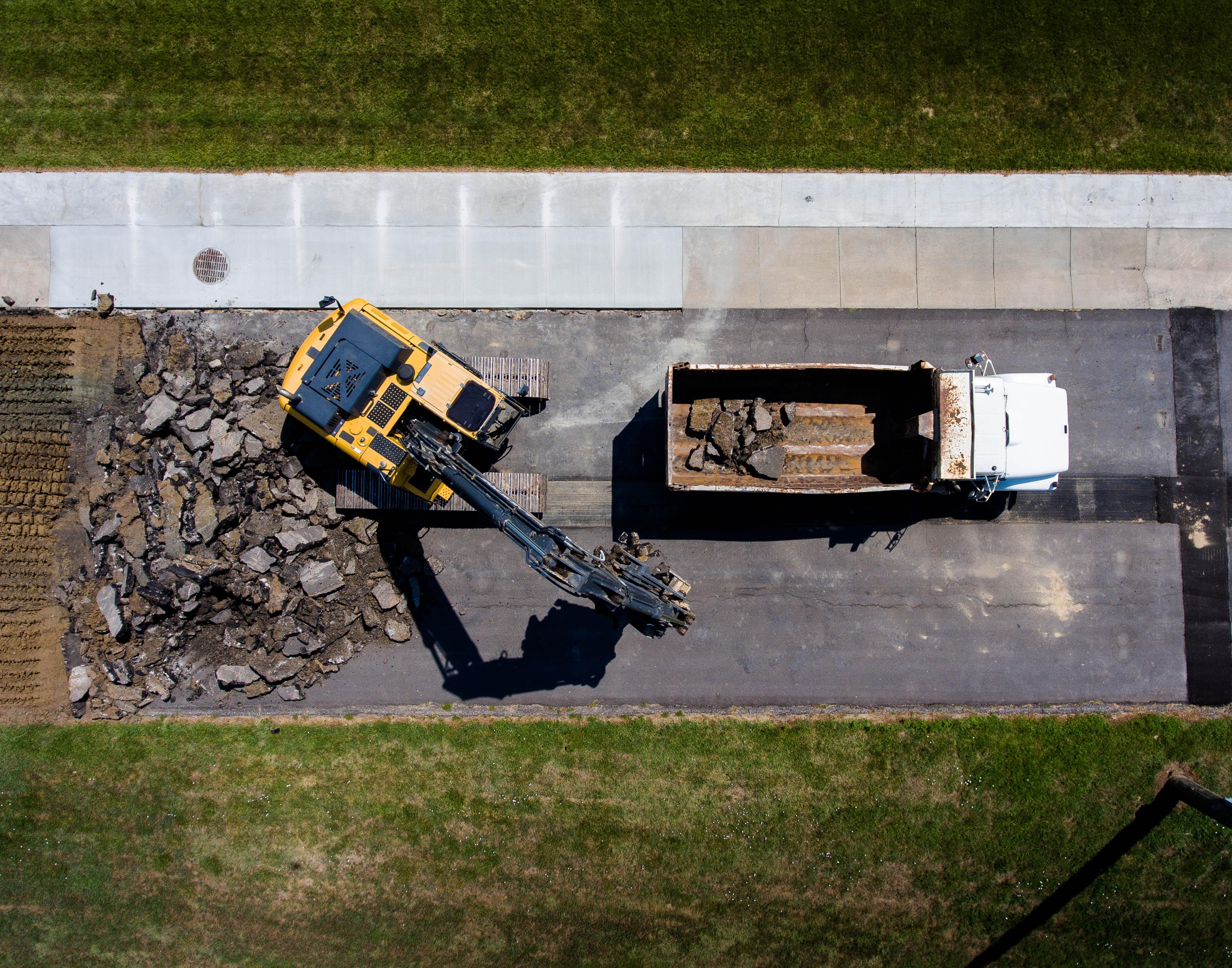 engins de chantiers tractopelle et camion benne