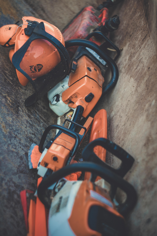 outillage de chantier avec casque de couleur orange