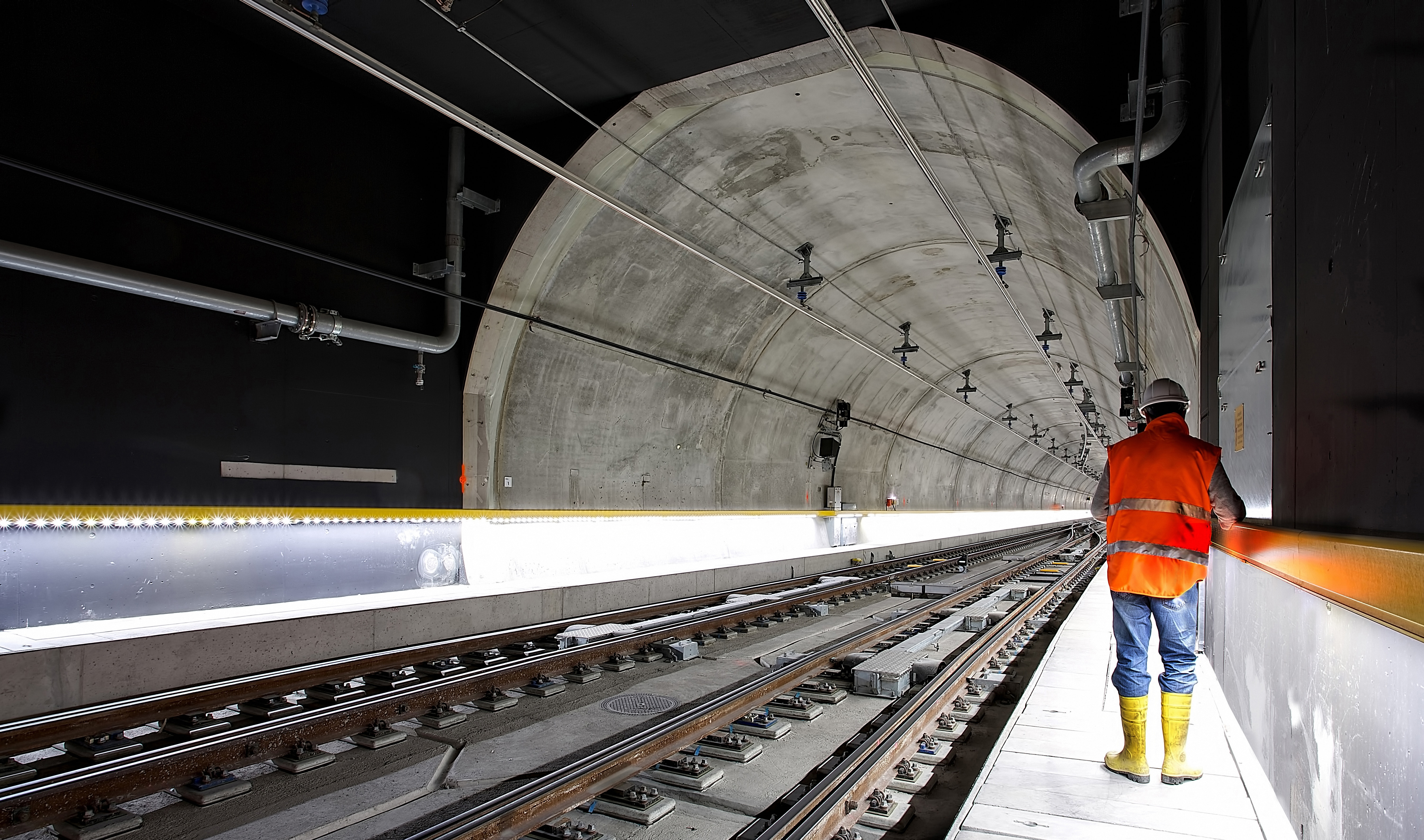 ouvrier sur chantier de construction d'un tunnel