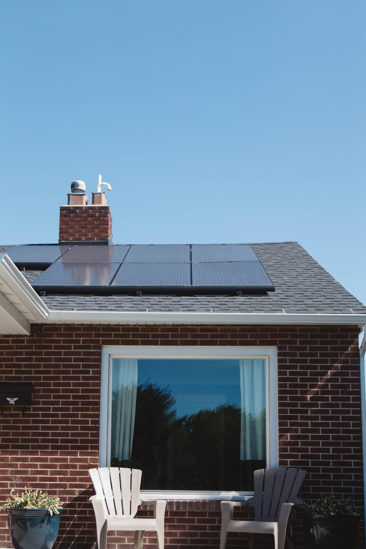 panneaux photovoltaïques sur toit d'une maison
